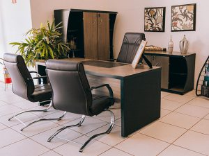 Mesa empresarial com três cadeiras